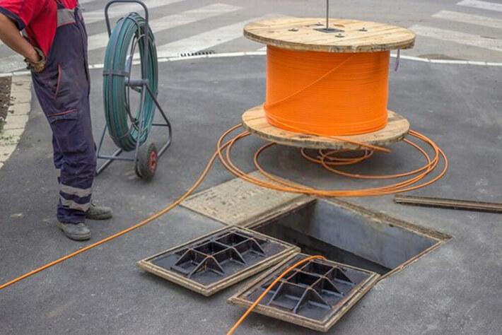 fiber optik kablolarda om neyi ifade eder